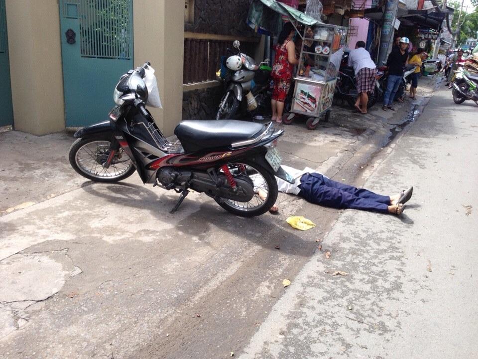 Người đàn ông tử vong cùng chiếc xe gắn máy bên đường