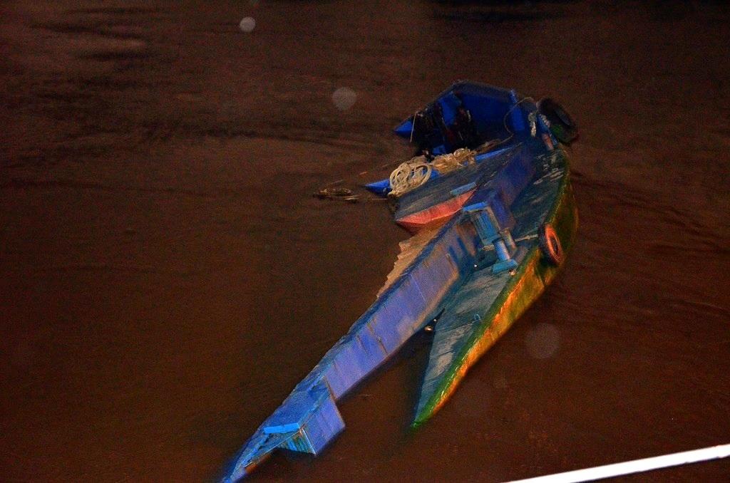 Chiếc sà lan chìm dưới sông sau sự cố