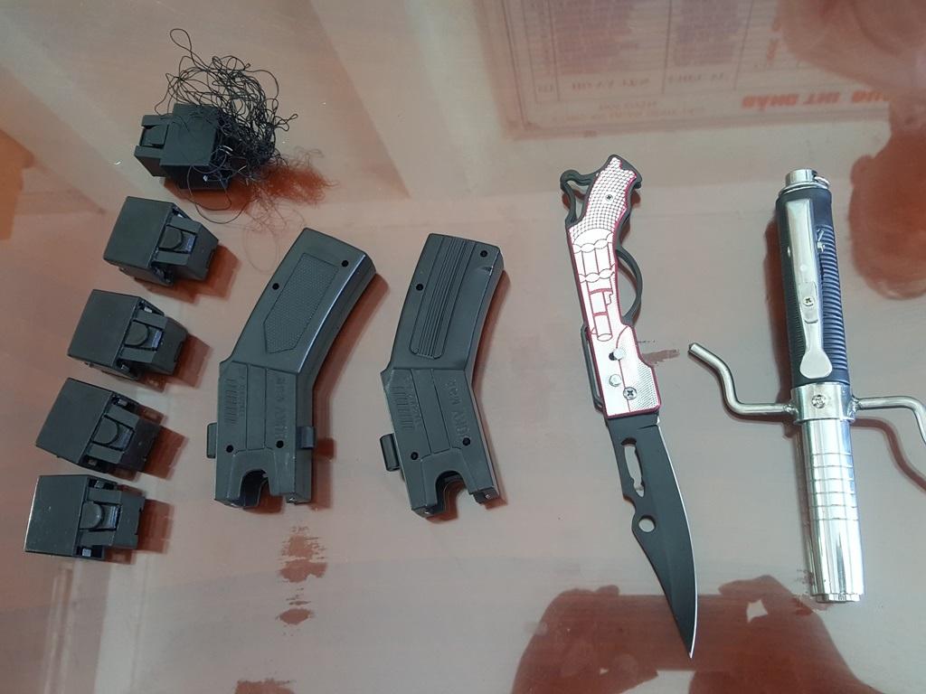 Chiếc xe gắn máy và súng, đạn mà công an thu giữ