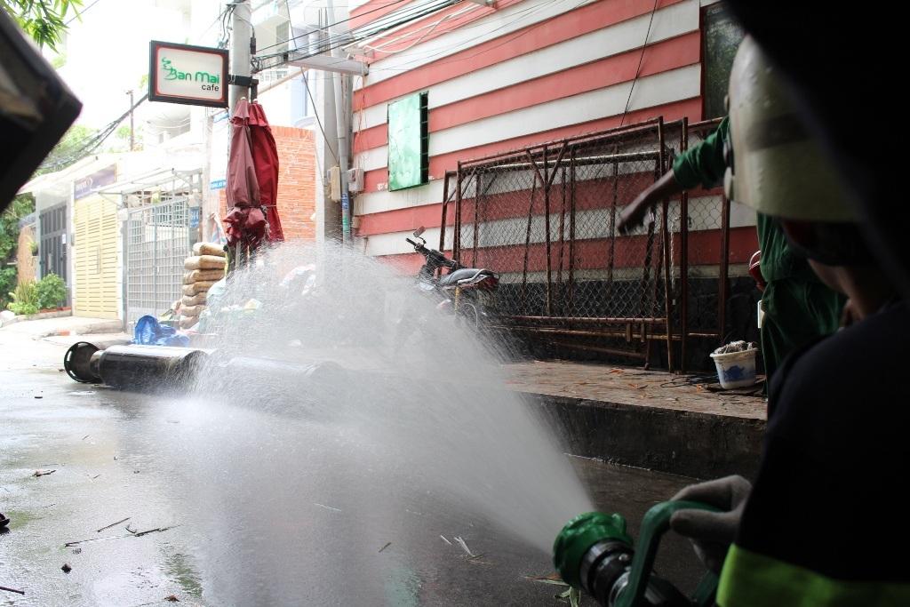 Lính cứu hỏa phun nước làm mát các bình gas
