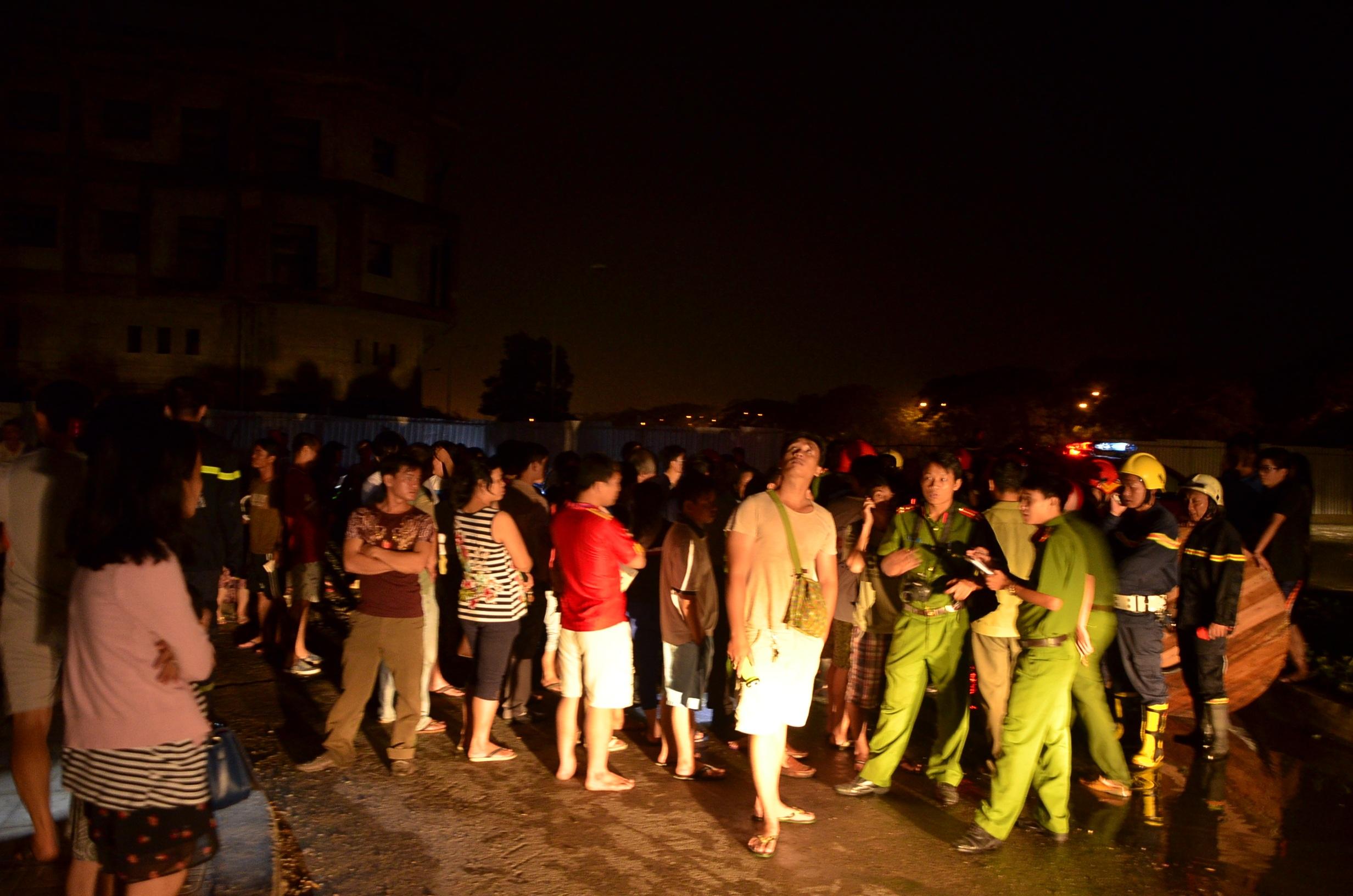 Hàng trăm người dân hoảng loạn tháo chạy xuống đất