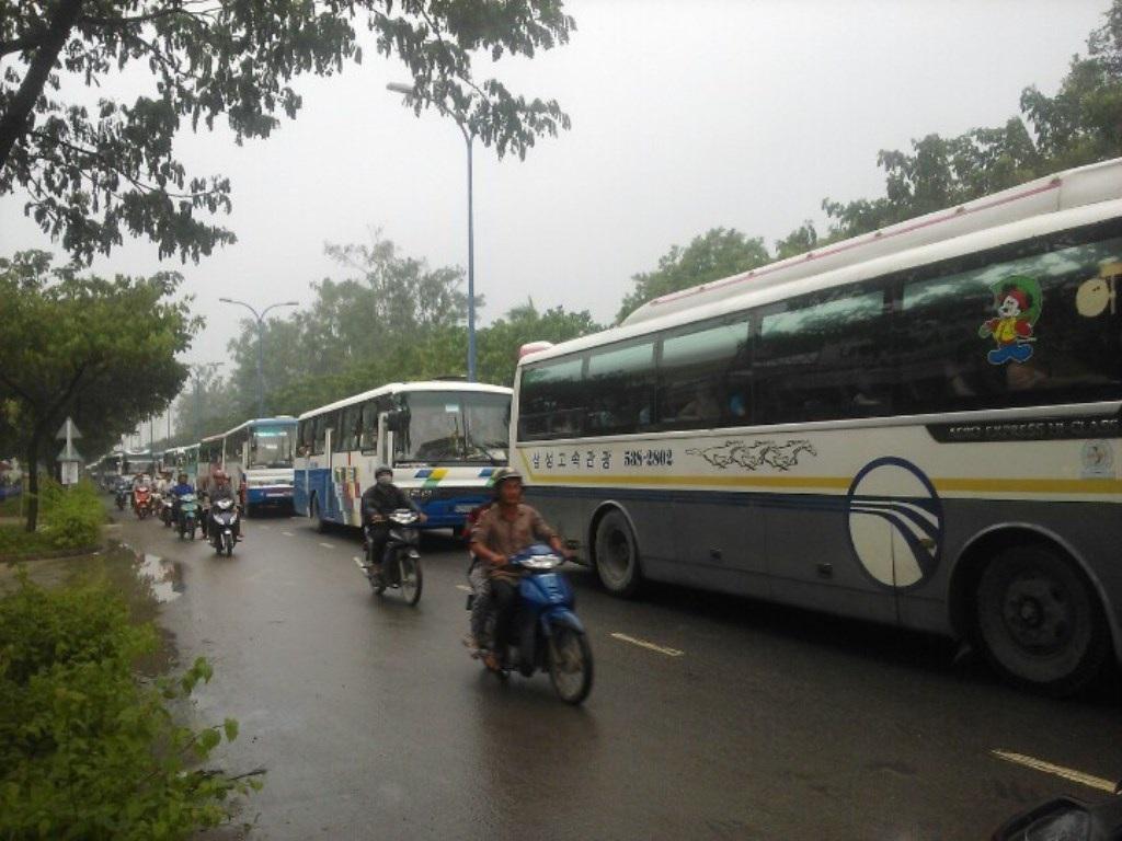 Các phương tiện ùn ứ trên đường Trần Văn Giàu