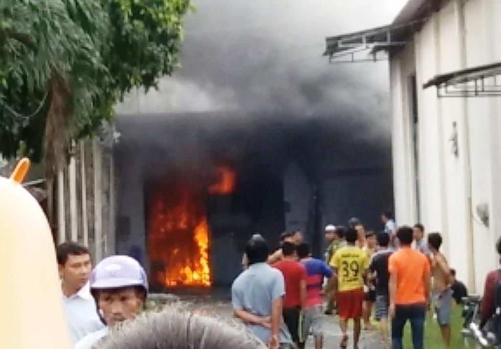 Khói lửa bùng lên phía trong nhà xưởng