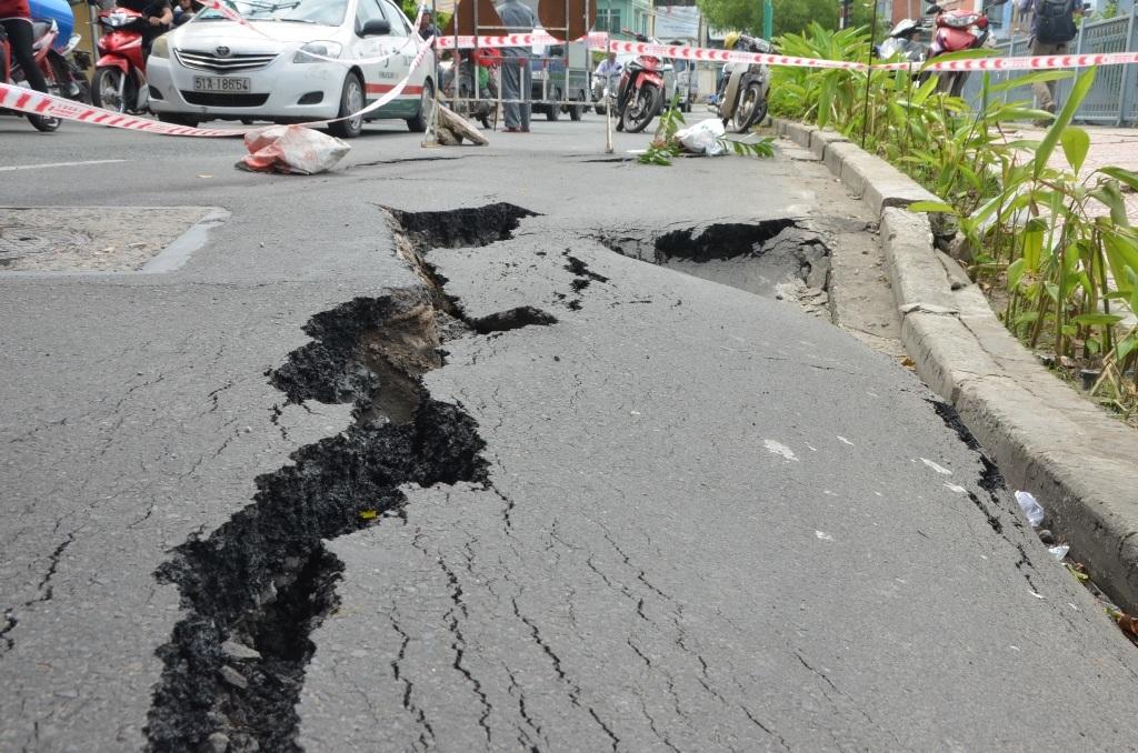 Vết nứt kéo dài trên đường