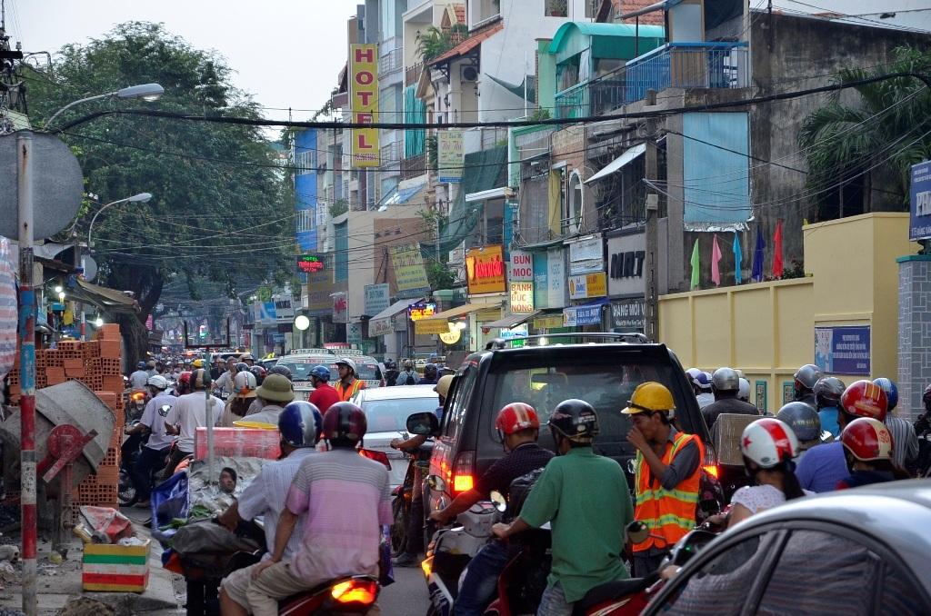 Các phương tiện ùn ứ trên đường Đặng Văn Ngữ
