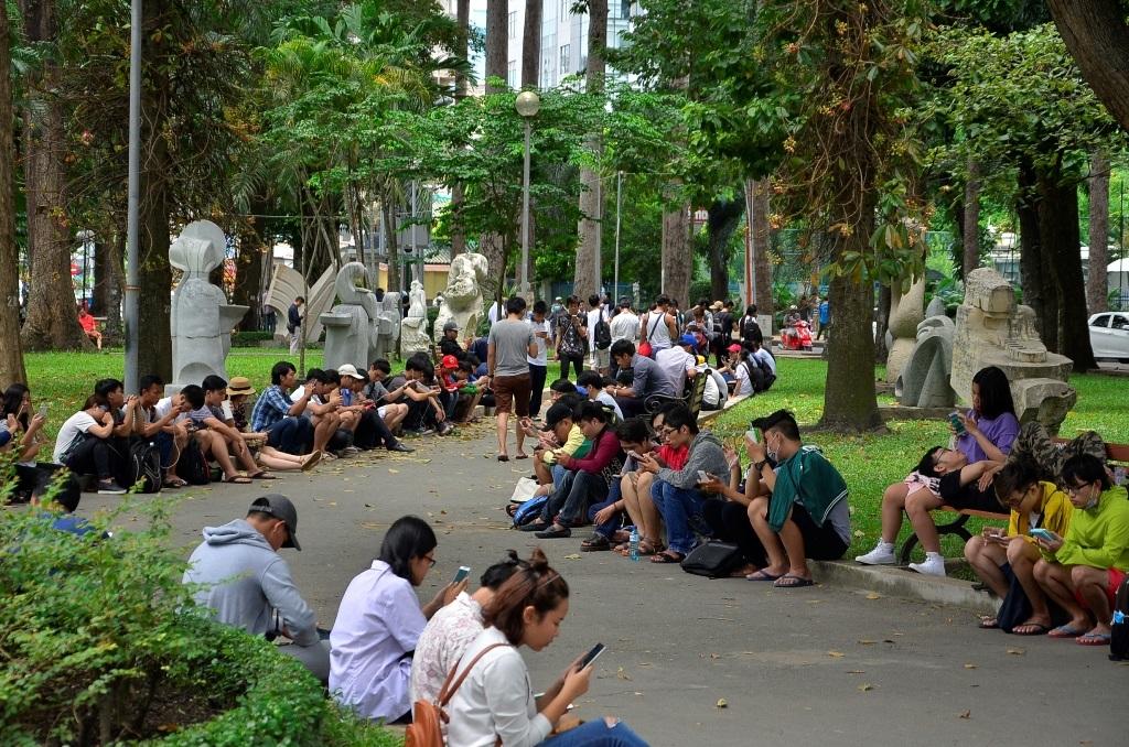 Hàng trăm bạn trẻ tập trung tại công viên Tao Đàn để săn Pokemon mỗi ngày