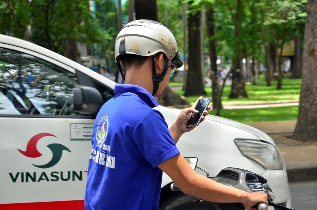 Nhiều người dán mắt vào màn hình khi vừa chạy xe vừa săn Pokemon rất nguy hiểm