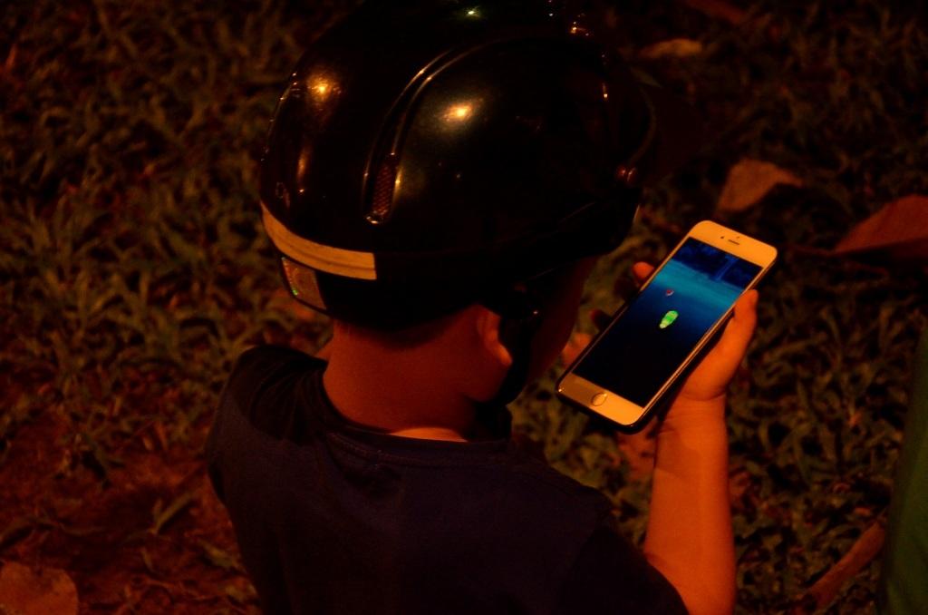 Bất kể người lớn, trẻ nhỏ đều dán mắt vào màn hình điện thoại để săn Pokemon