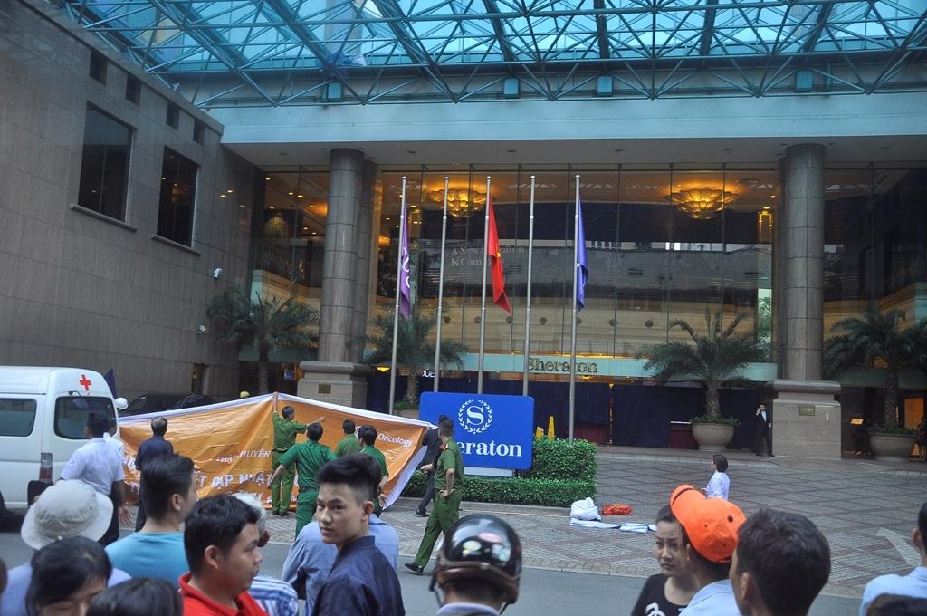 Hiện trường người đàn ông rơi tử vong trước khách sạn Sheraton Saigon chiều 29/8