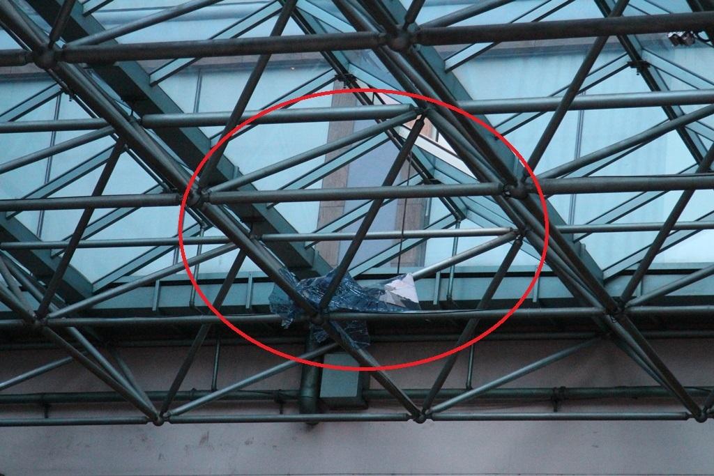 Thi thể nạn nhân rơi từ trên cao xuống xuyên thủng tấm kính chắn mưa trước ban công