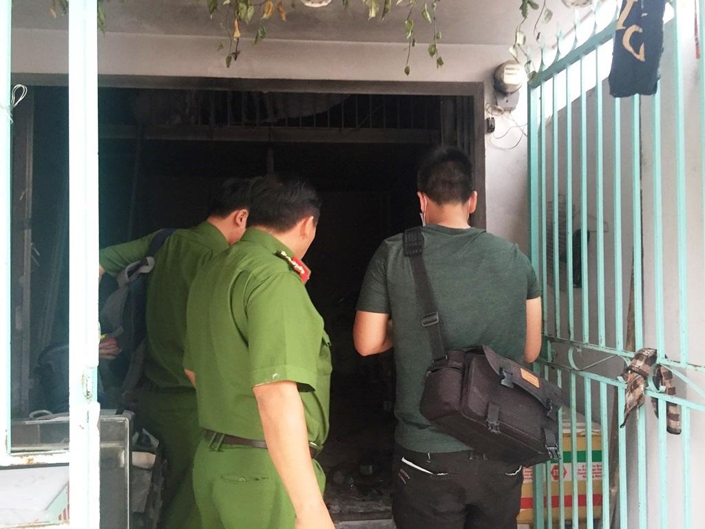 Công an có mặt khám nghiệm hiện trường vụ nổ phòng trọ.