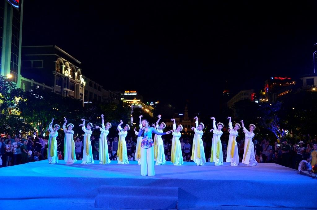 Các tiết mục văn nghệ biểu diễn trên phố đi bộ Nguyễn Huệ thu hút khá đông người xem