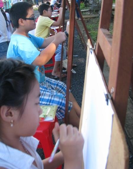 ...và chọn vẽ giá đứng như một...họa sỹ chuyên nghiệp.