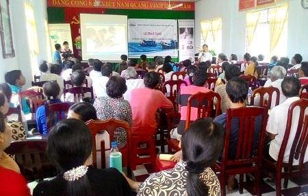 Đông đảo bà con ngư dân đến tham gia buổi lễ trao tặng tủ thuốc y tế.