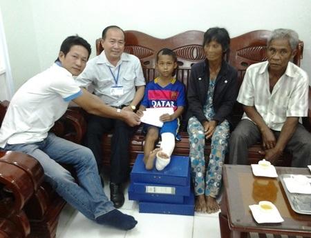 PV Dân trí trao phần quà bạn đọc đến em Tăng Thuận Phát.