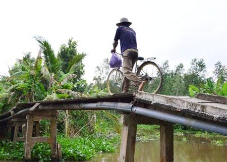 Cầu Kênh Gòn nhìn xa thấy chắc chắn nhưng nhiều chỗ đã xuống cấp, hư hại khiến người dân rất lo lắng mỗi khi đi qua cầu.