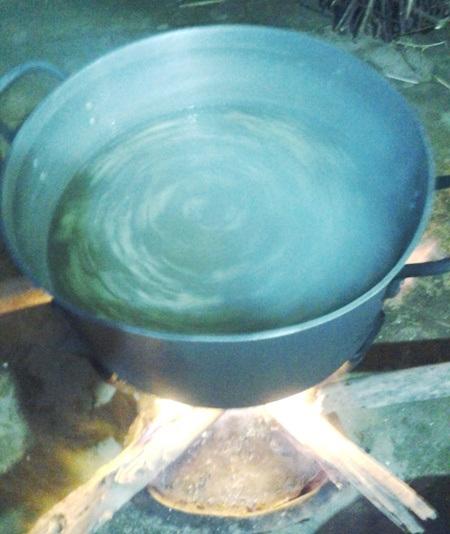 Nước chè được nấu từ nước, đường, gừng...và được đun nóng bằng củi.