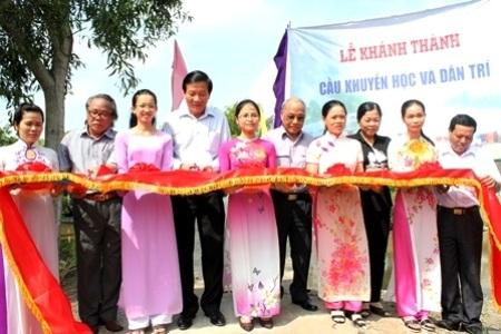 Các đại biểu cùng cắt băng khánh thành cầu Khuyến học & Dân trí tại Bạc Liêu.