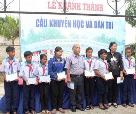 Đại tá Nguyễn Văn Bằng- Chánh văn phòng Quỹ Khuyến học Việt Nam và bà Huỳnh Thu Hiền- Chủ tịch Hội Khuyến học thị xã Giá Rai cùng trao học bổng cho các em học sinh Trường THCS Phong Tân.