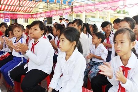 Đông đảo các đại biểu và bà con nhân dân, các em học sinh địa phương cùng tham dự lễ khánh thành cầu Khuyến học & Dân trí trong ngày 27/10.