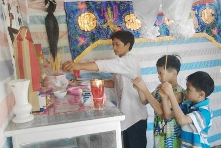 Cha con anh Cao Văn Tư đang thắp hương trên bàn thờ chị Cao Thị Liêu.