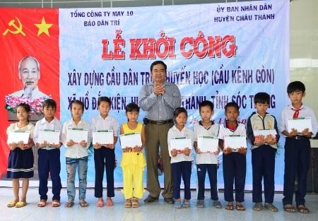 Nhà báo Phan Huy- Trưởng VPĐD báo Dân trí tại ĐBSCL (ảnh trên) và ông Trần Quốc Thắng- Chủ tịch UBND huyện Châu Thành (ảnh dưới) cùng trao học bổng đến tận tay các em học sinh nghèo địa phương.