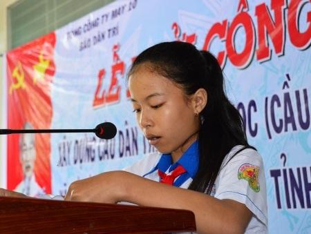 Em Nguyễn Thị Ngọc Hân (đại diện học sinh địa phương) bày tỏ lời cảm ơn nhà tài trợ đã trao các suất học bổng hết sức ý nghĩa.