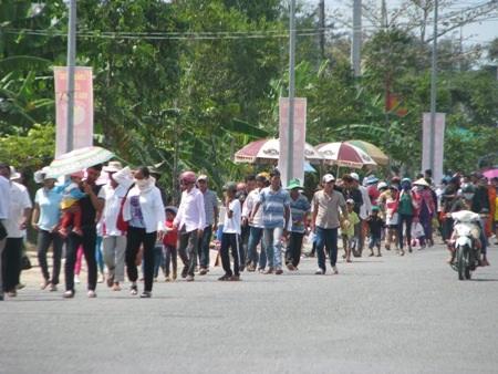 Nắng như lửa đốt, hàng ngàn người vẫn đổ về xem đua ghe Ngo - 1