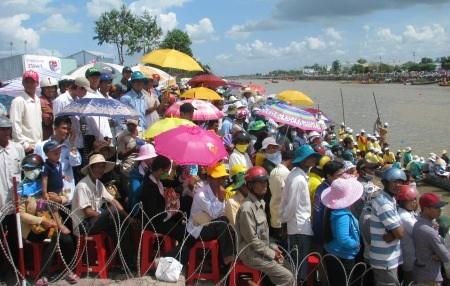 Nắng như lửa đốt, hàng ngàn người vẫn đổ về xem đua ghe Ngo - 3