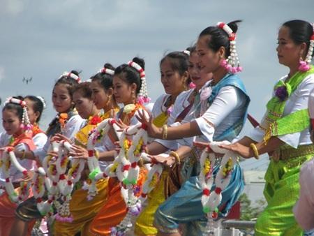 Đội múa của các cô gái Khmer phục vụ màn văn nghệ giữa trời nắng.