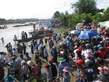 Nắng như lửa đốt, hàng ngàn người vẫn đổ về xem đua ghe Ngo - 6