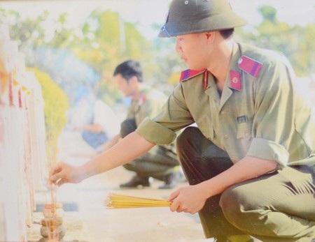 Tuổi trẻ công an uống nước nhớ nguồn, thắp hương cho những liệt sĩ đã hy sinh vì Tổ quốc.