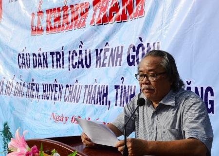 Nhà báo Phan Huy- Trưởng VPĐD báo Dân trí tại ĐBSCL thông qua quyết định trao học bổng cho học sinh nghèo.