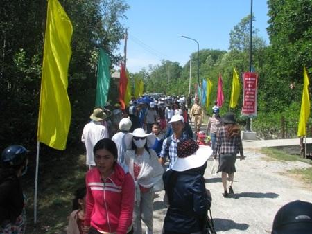 Đông đảo người dân khắp nơi đổ về Mũi Cà Mau tham quan trong ngày thông xe tuyến đường bộ.
