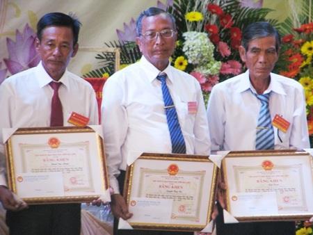 Ông Trần Danh (giữa) trong ngày nhận Bằng khen Dòng họ học tập tiêu biểu của UBND tỉnh Bạc Liêu trao tặng.