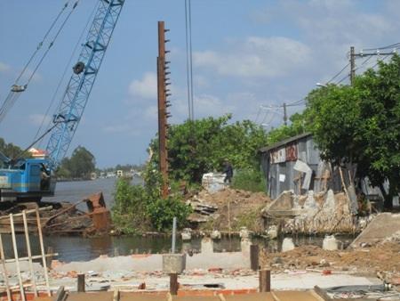 """Công trình được cho là đã """"lấn sông"""" để """"né"""" nhà chị ruột của Chủ tịch thị trấn U Minh."""