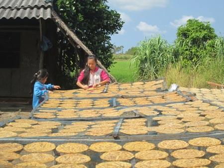 Vào mùa cận Tết tại làng ép chuối khô, trẻ em cũng kiếm ra tiền.