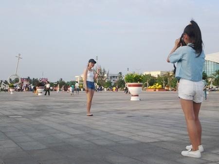 Nhiều bạn trẻ rất thích chụp ảnh trên Quảng trường lớn nhất ĐBSCL.