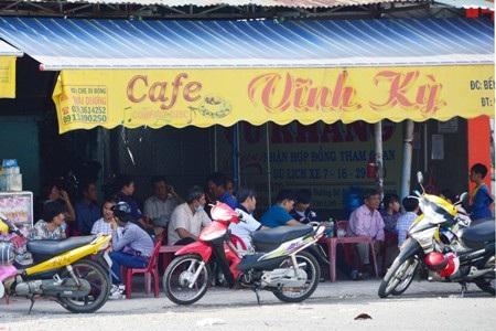 Các quán cà phê bỗng dưng được mùa vì nhiều hành khách chờ xe vào quán uống nước vừa trốn nắng vừa đỡ mệt.