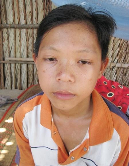 Miếng ăn khó kiếm thì việc học hành của em Quốc Huỳnh và đứa em gái Trúc Huỳnh cũng chông chênh hơn.