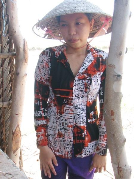 Từ lúc cha bị tai biến hơn 2 năm trước, mẹ bỏ đi, khi mới 15 tuổi, em Trần Huỳnh Ngọc Nữ bất đắc dĩ trở thành trụ cột gia đình nuôi cha và 2 em ăn học.