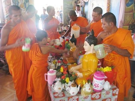 Nghi lễ tắm Phật rất trang trọng nhưng cũng không kém phần ấn tượng đối với khách khi đến thăm chùa vào ngày Tết cổ truyền.