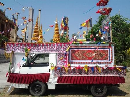 Một chiếc xe được trang trí bắt mắt để diễu hành đón năm mới.