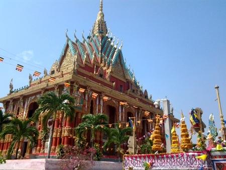 Một ngôi chùa kiến trúc độc đáo rực rỡ cờ hoa đón Tết cổ truyền ở Bạc Liêu.