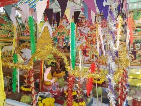 Điểm hùn phước thiện với một bàn thờ Phật nhiều màu sắc.