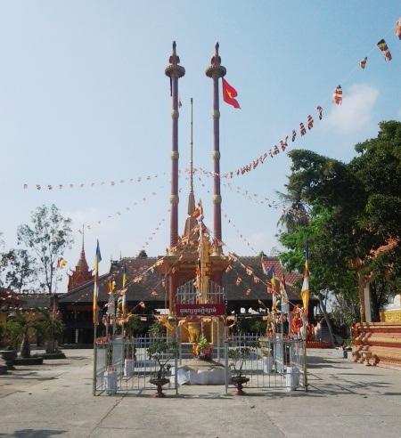 Trong sân chùa đâu đâu cũng cờ hoa rực màu.
