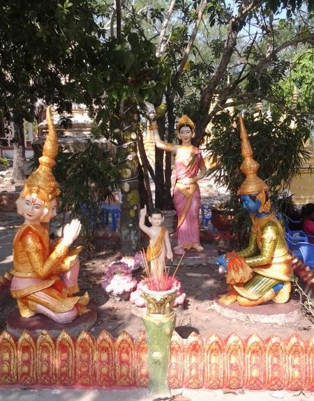 Những cụm tượng nhà Phật được trang trí rất ấn tượng.