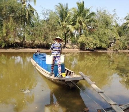 Thiếu nước nên việc mua được nước ngọt không phải dễ và giá lại khá cao khiến người dân lâm vào cảnh khó khăn thêm.