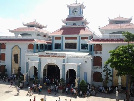 Khu an nghỉ linh mục Trương Bửu Diệp là một trong những điểm cúng viếng, tham quan chính tại khu Thánh đường lớn nhất ĐBSCL này.