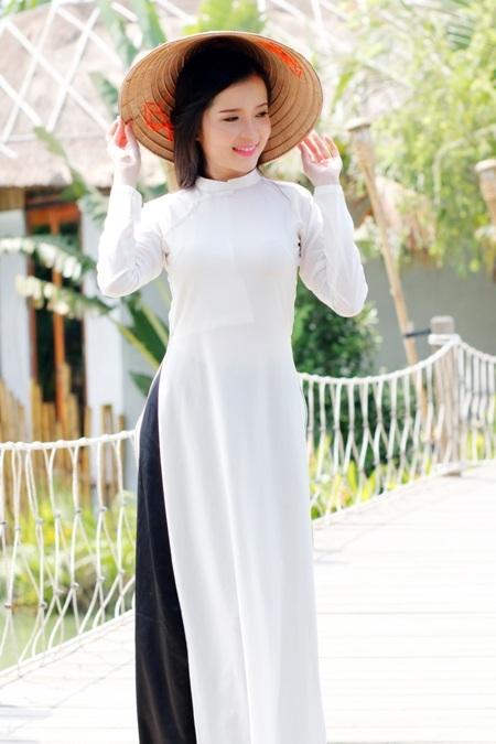 Hoa khôi Huỳnh Thúy Vi đẹp dịu dàng với tà áo dài - 1